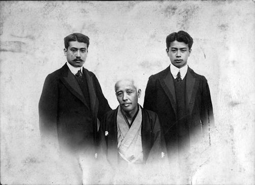 ⾦⾕善⼀郎と⻑男眞⼀(左)次男正造(右)